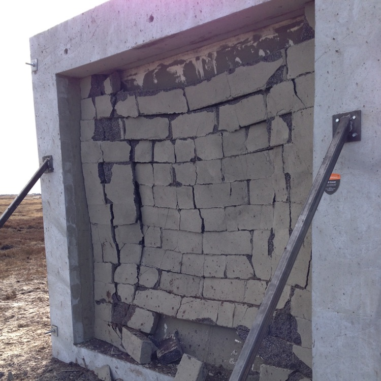 Revêtement mural souple après explosion, les briques du mur restent structurées, elles ne sont pas devenues des débris