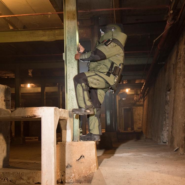 EOD 10 bomb suit in situ