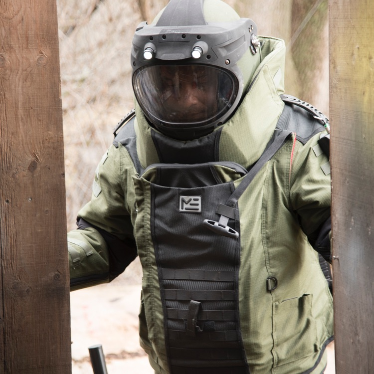 Tenue de déminage EOD 10 en situation